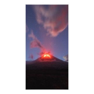 夜噴火の火山Klyuchevskaya Sopka。 ロシア カード