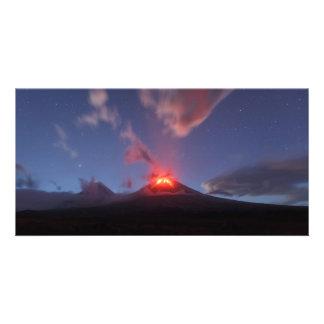 夜噴火のKlyuchevskoyの火山。 カムチャツカ半島 カード