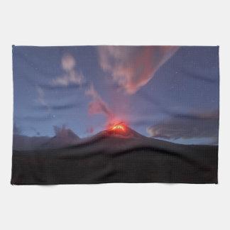 夜山の景色、噴火の火山 キッチンタオル