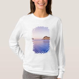 夜明けによってぼやけられる青い紫色の波の三角波の石 Tシャツ