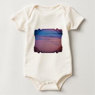 夜明けにピンクおよび青い海景のカモメ ベビーボディスーツ