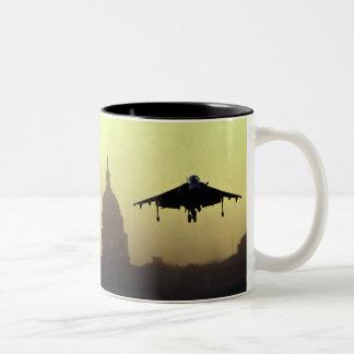 夜明けにモールのハリアーのジェット機の着陸との ツートーンマグカップ