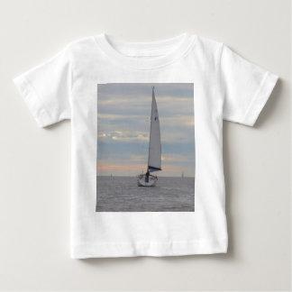 夜明けにヨットのすずめ ベビーTシャツ