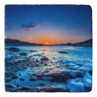 夜明けに海岸の地平線上の日の出 トリベット