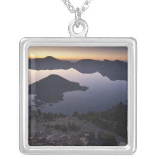 夜明けに魔法使いの島、crater湖の国立公園 シルバープレートネックレス