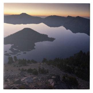 夜明けに魔法使いの島、crater湖の国立公園 タイル