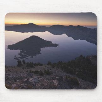 夜明けに魔法使いの島、crater湖の国立公園 マウスパッド