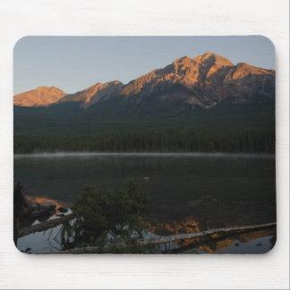 夜明けアルバータカナダにピラミッド山そして湖 マウスパッド