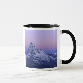夜明け、Zermattのスイスのアルプスにマッターホルン、 マグカップ