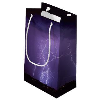 夜砂漠の雷雨の紫色の稲妻 スモールペーパーバッグ