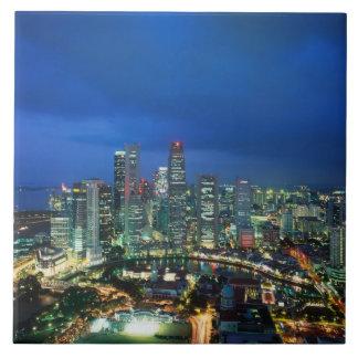 夜、シンガポールのシンガポールのスカイライン タイル