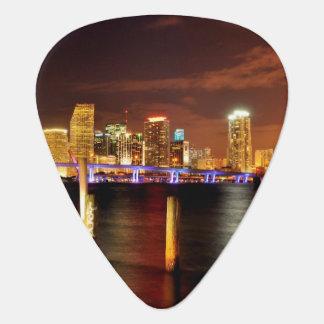 夜、フロリダのマイアミのスカイライン ギターピック