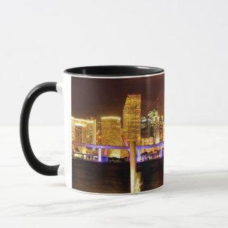 夜、フロリダのマイアミのスカイライン マグカップ