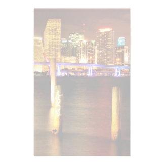夜、フロリダのマイアミのスカイライン 便箋
