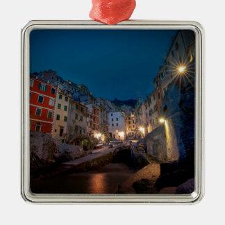 夜、Cinque Terre、イタリアのRiomaggioreの村 メタルオーナメント
