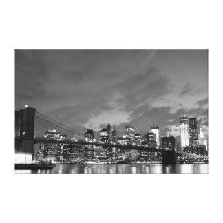 夜、NYのブルックリン橋そしてマンハッタンスカイライン キャンバスプリント