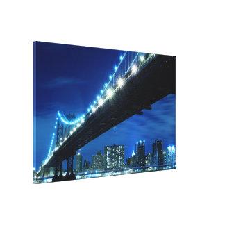 夜、NYcのマンハッタン橋そしてスカイライン キャンバスプリント