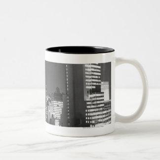 夜B&W、高い眺めの都市建物 ツートーンマグカップ