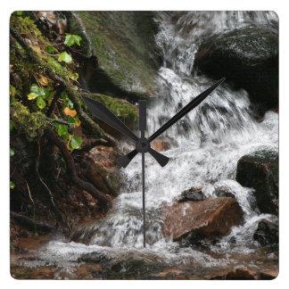 夢をハイキングする滝の流れのオレゴンの荒野 クロック