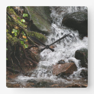 夢をハイキングする滝の流れのオレゴンの荒野 スクエア壁時計