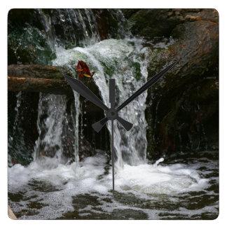 夢をハイキングする滝の流れのオレゴンの荒野 時計