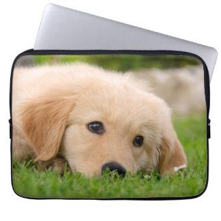 夢を見ているゴールデン・リトリーバー犬のかわいい子犬ネオプレン ラップトップスリーブ