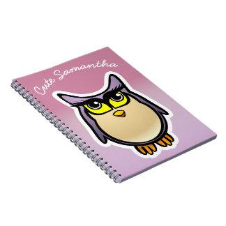 大きいまつげを搭載する名前入りでかわいいフクロウの漫画 ノートブック