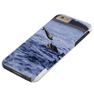大きいサケを食べているボトルの鼻のイルカ TOUGH iPhone 6 PLUS ケース