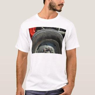 大きいトラクターの車輪 Tシャツ