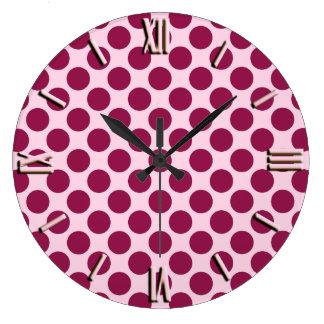 大きいレトロの点-ピンクおよびバーガンディを殻から取り出して下さい ラージ壁時計