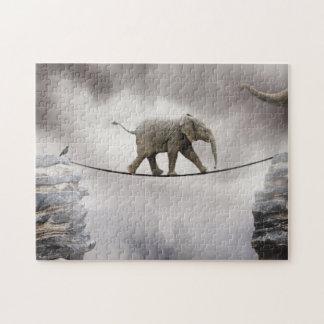 大きい峡谷を渡るベビー象の歩行の綱渡り ジグソーパズル