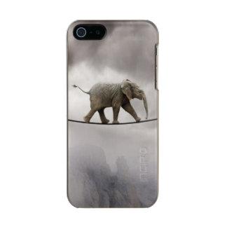 大きい峡谷を渡るベビー象の歩行の綱渡り メタリックiPhone SE/5/5sケース