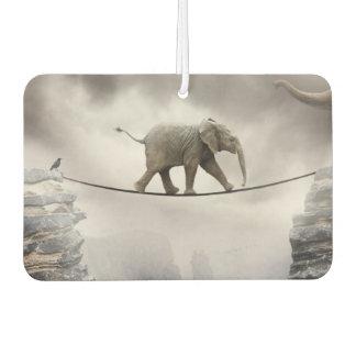 大きい峡谷を渡る赤ん坊象の歩行の綱渡り カーエアーフレッシュナー