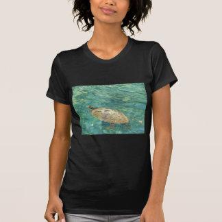 大きい川のカメの水泳 Tシャツ