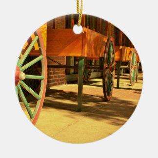 大きい旧式の荷馬車の車輪 セラミックオーナメント