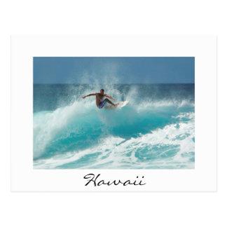 大きい波の白いハワイの郵便はがきのサーファー ポストカード