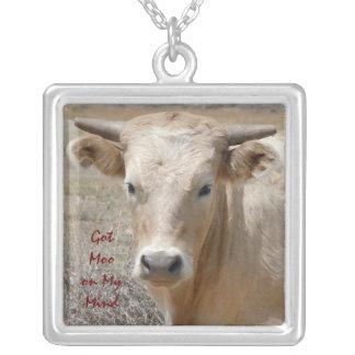 大きい目のCharolais角を持つ白い牛雄牛 シルバープレートネックレス
