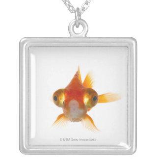 大きい目2を持つ金魚 シルバープレートネックレス