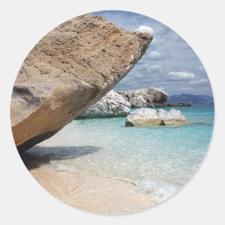 大きい石の円形のステッカーが付いているサルジニアのビーチ ラウンドシール