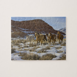 大きい角山、雪で走っている馬 ジグソーパズル