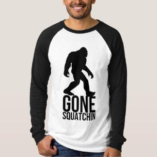 大きい足によって行くsquatchin tシャツ