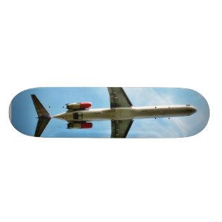 大きい飛行機は出発します スケートボード