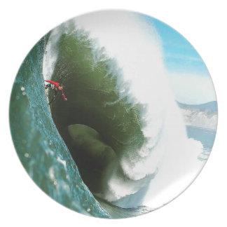 大きく急なサーフィンの波 プレート