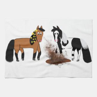 大きく悪く恐い泥Pで遊んでいるかわいい漫画の馬 キッチンタオル