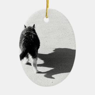 大きな猫のどう猛な影の白黒 セラミックオーナメント