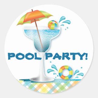 大人のプールを囲んでのパーティの夏のカクテルのステッカー ラウンドシール