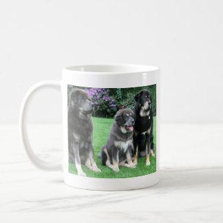大人を持つチベタン・マスティフの子犬 コーヒーマグカップ