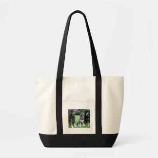 大人を持つチベタン・マスティフの子犬 トートバッグ