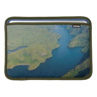 大熊座の雨林の沿岸景色 MacBook スリーブ