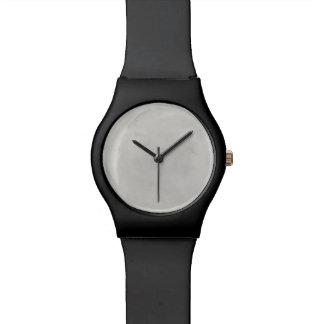 大理石のクリーム色の背景灰色プラスター質 腕時計